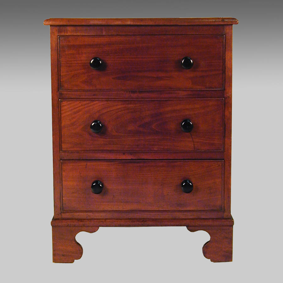 Small Georgian mahogany commode chest