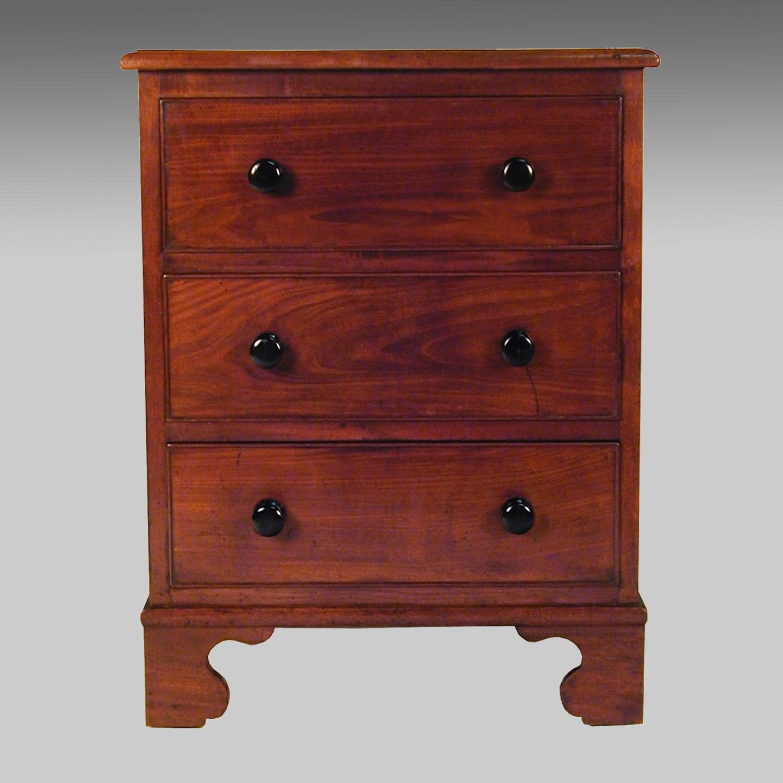 Small Georgian mahogany commode chest